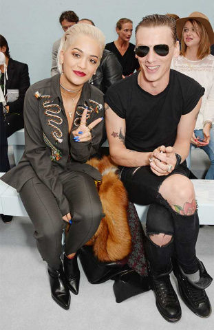 03London_fashion_week_-_Rita_Ora_a_Jamie_Campbell_Bower_na_prehlidce_Hunter_original